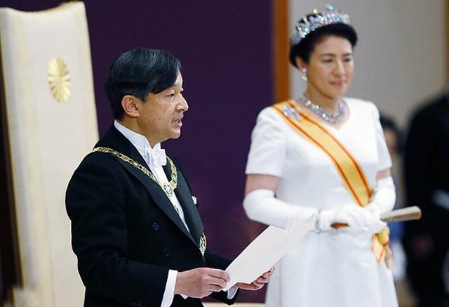 Nhật hoàng Naruhito và Hoàng hậu Masako trong lễ đăng cơ hôm 1/5. Ảnh: EPA.