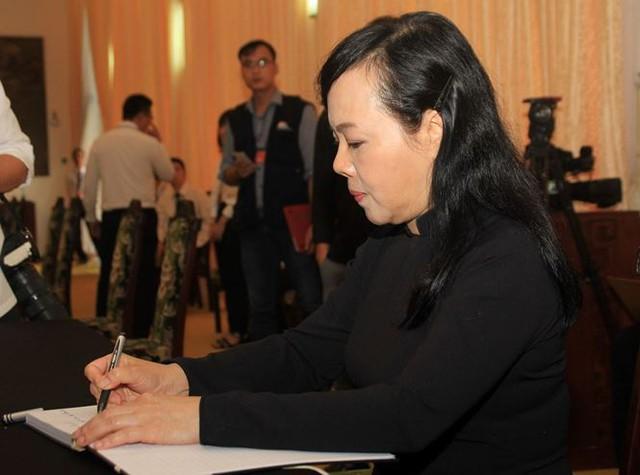 Bộ trưởng Bộ Y tế Nguyễn Thị Kim Tiến ghi sổ tang. Ảnh: Tiền phong