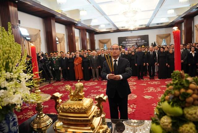 Bí thư thành ủy Nguyễn Thiện Nhân thắp hương cho Đại tướng Lê Đức Anh. Ảnh: Thanh niên