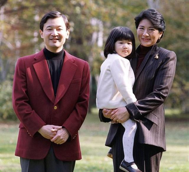 Vợ chồng Naruhito và Masako cùng con gái, Công chúa Aiko, trong vườn nhà năm 2004. Ảnh: Reuters.
