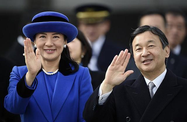 Vợ chồng Naruhito và Masako ở sân bay Haneda, Tokyo, năm 2016. Ảnh: EPA.