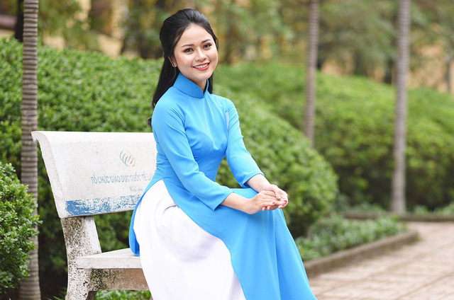 Sau thời gian học, Hương thường tham gia vào các chương trình với vai trò là diễn viên múa. Ngoài ra, cô còn đi dạy múa kể từ năm nhất đại học để thỏa mãn đam mê. Điều này cũng giúp Hương kiếm được một khoản thu nhập nhỏ trong quãng thời gian sinh viên.