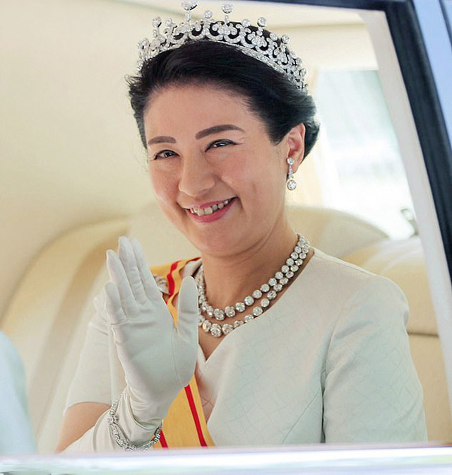 Hoàng hậu Masako vẫy chào người dân vào ngày chồng đăng quang Nhật hoàng hôm 1/5. Ảnh: EPA.