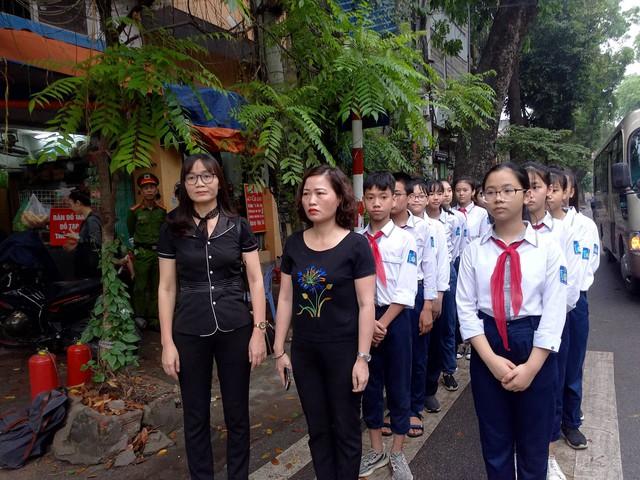 Cô trò trường Trung học cơ sở Lương Yên - quận Hai Bà Trưng - Hà Nội vào viếng Đại tướng Lê Đức Anh. Ảnh: Lê Bảo