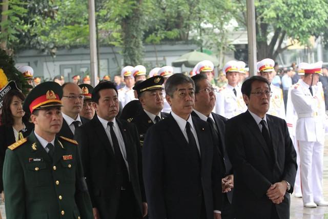 Bộ trưởng Quốc phòng Takeshi lwaya dẫn đầu đoàn Chính phủ Nhật Bản tại lễ viếng. Ảnh: Lê Bảo