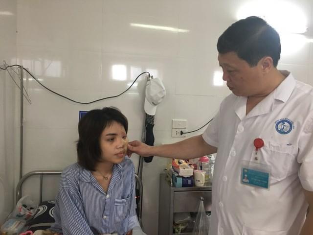 PGS.TS Vũ Quang Vinh kiểm tra vết mổ cho Lan Vy tại Viện Bỏng Quốc gia.