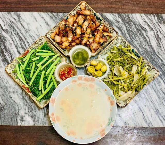 Bữa trưa của gia đình Diệu Hương được chuẩn bị trong 30 phút, gồm ba món, đảm bảo tiêu chí đơn giản nhưng ngon miệng và đầy đủ dinh dưỡng.