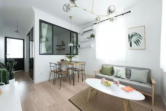 Phòng khách được thiết kế đơn giản, xanh mát và ngập tràn ánh sáng.