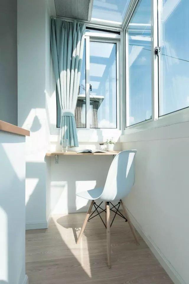 Góc cửa sổ được tách biệt với giường ngủ bằng bức tường nhỏ. Khu vực này được bố trí bàn làm việc riêng tư và nhiều ánh sáng.