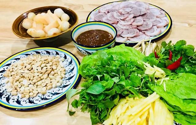 Cô còn trổ tài làm thịt heo chấm mắm nêm - món ăn nổi tiếng của miền Trung - trong những ngày ngán cơm.