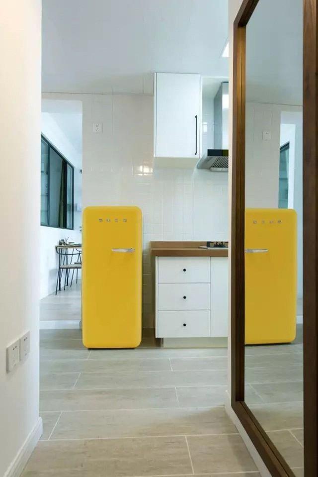 Góc bếp nổi bật với gam màu nhấn vàng chanh.