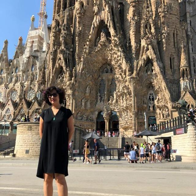 Trên trang cá nhân của mình, BTV Vân Anh đăng tải rất nhiều hình ảnh du lịch nơi mà cô đặt chân tới như: Tây Ban Nha, Pháp, Nhật Bản, Ireland…