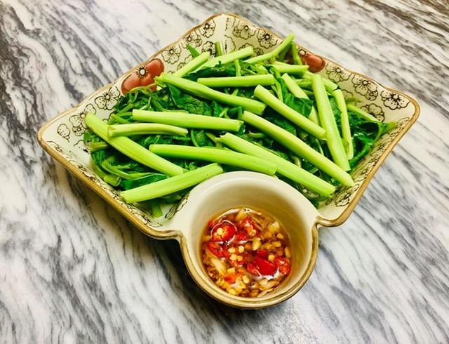 Món thịt ba chỉ được chế biến cẩn thận từ khâu sơ chế. Hương tận dụng nước luộc rau, thêm sấu tươi là được bát canh thanh mát, giải nhiệt.