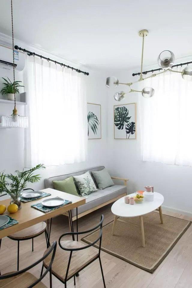 Bộ bàn ăn được đặt sát góc phòng để tăng thêm nhu cầu sử dụng. Vì diện tích nhỏ nên bộ bàn ghế ăn được lựa chọn kiểu dáng và màu sắc đơn giản.
