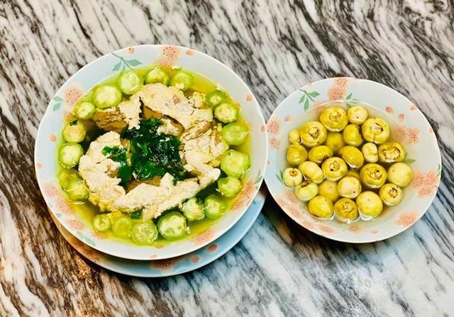 Các món canh dân dã luân phiên xuất hiện trên mâm cơm của gia đình Diệu Hương. Bát canh cua mồng tơi được nấu từ rau tự trồng khiến bà mẹ hai con và người thân hạnh phúc khi thưởng thức.