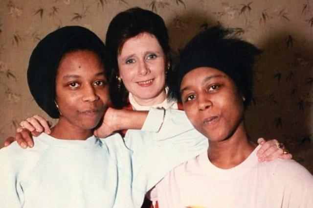 Hai chị em chụp ảnh cùng nhà báo Marjorie Wallace, người bạn duy nhất của cặp song sinh.