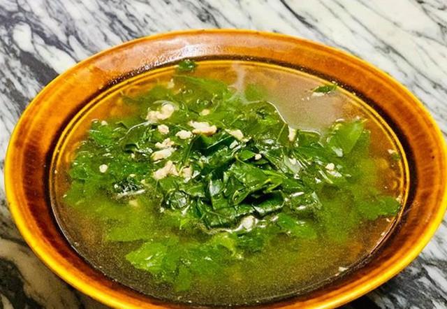 Canh rau ngót thịt nạc băm quen thuộc nhưng các con của Diệu Hương chan vào cơm ăn được mấy bát.