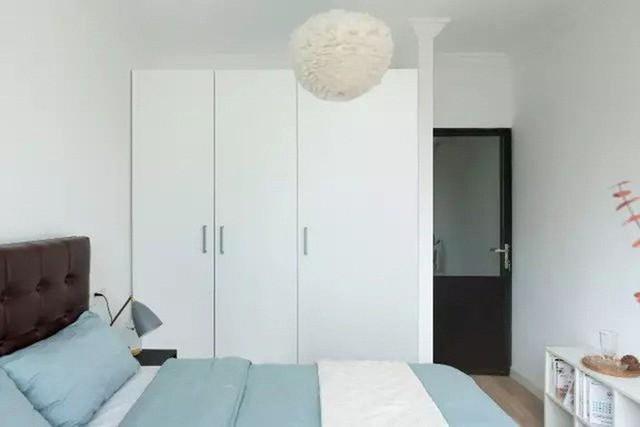 Phòng ngủ chính rộng rãi nhờ cách bố trí đồ gọn gàng.