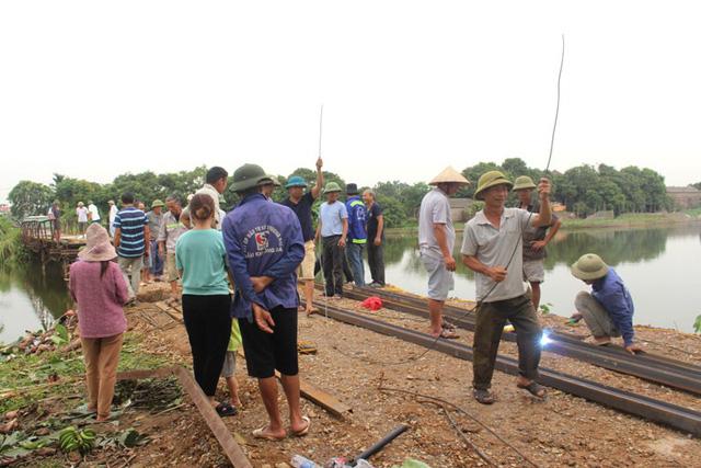 Công việc làm lại cầu tạm Bồng Lai đang được mọi người khẩn trương tiến hành