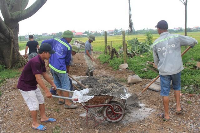 Sau khi cầu Bồng Lai bị đổ sập hơn 1 tháng khiến cho việc đi lại của người dân khó khăn