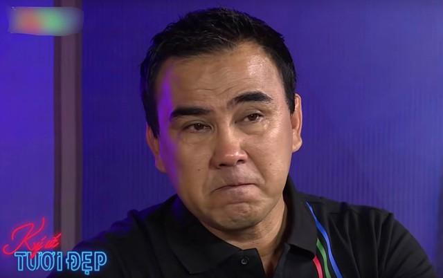 Quyền Linh cố gắng kìm nước mắt khi kể về thời khó khăn.
