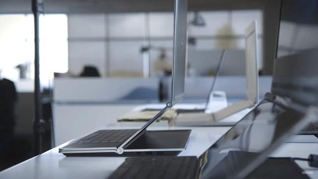 Sau những nâng cấp về phần cứng, màn hình, trackpad hay thời lượng pin... các nhà sản xuất máy tính bắt đầu cho ra mắt những chiếc laptop độc dị với màn hình kép. Ảnh: The Verge.