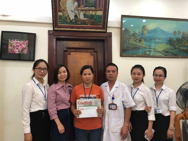 Nhà Báo Phương Thuận cùng các y, bác sỹ Bệnh viện Việt Đức trao số tiền 12.405.000 đồng của bạn đọc ủng hộ cho gia đình em Đỗ Mạnh Quang