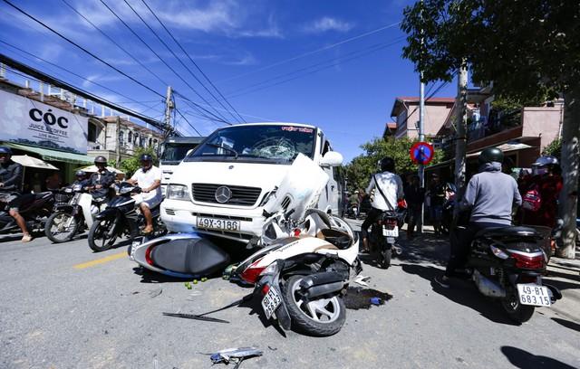 Chiếc xe máy bị ngã đổ, hư hỏng khi bị xe ô tô mất lái tông vào đầu tiên trước khi tông trực diện 2 xe máy khác.