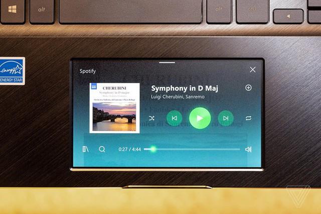 Asus thậm chí còn giới thiệu ZenBook Pro 15 có touchpad 5,5 inch, độ phân giải 1080p, có khả năng hiển thị như một màn hình độc lập. Ảnh: The Verge.