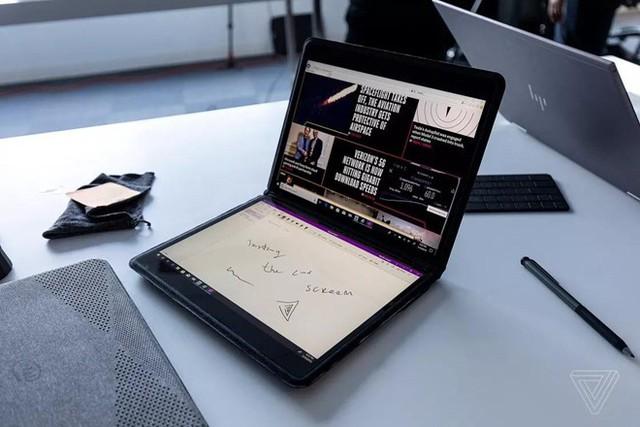Chiếc máy tính màn hình kép của Intel còn có khả năng trượt, màn hình phụ có kích thước bằng với bàn phím. Ảnh: The Verge.