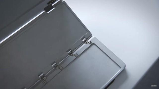 Cấu trúc của những chiếc máy tính màn hình kép này phụ thuộc nhiều vào khả năng gập và trượt. Ảnh: The Verge.