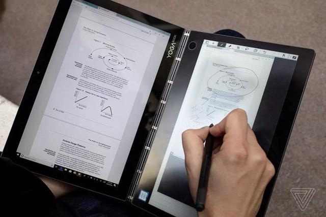 Lenovo cũng bước vào cuộc đua với chiếc laptop màn hình kép YOGA BOOK C930 nhỏ gọn có thể cầm tay. Hãng này cũng từng ra mắt mẫu laptop màn hình gập đầu tiên của thế giới. Ảnh: The Verge.