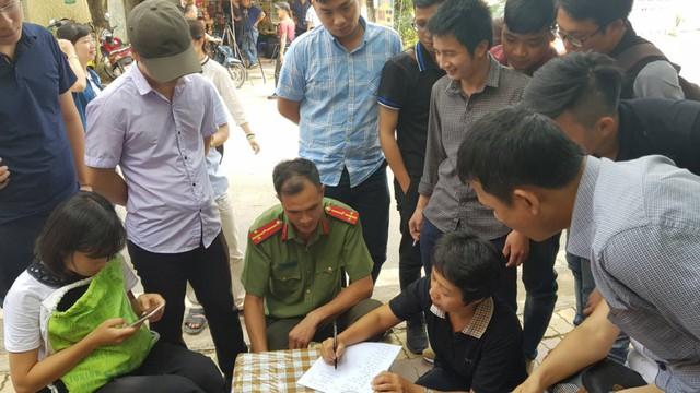 Các phóng viên báo đài làm thủ tục tham dự họp báo công bố kết quả thanh tra điểm thi THPT ở Sơn La hồi tháng 7/2018.