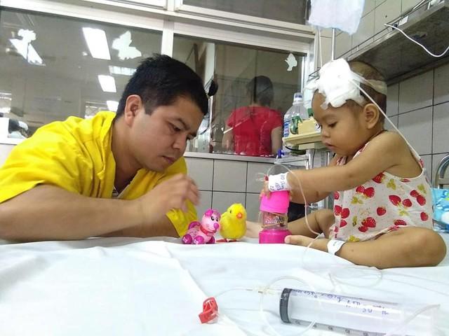 Những giờ phút ít ỏi bố bé Thu Phương được rời đơn vị về thăm con ở bệnh viện