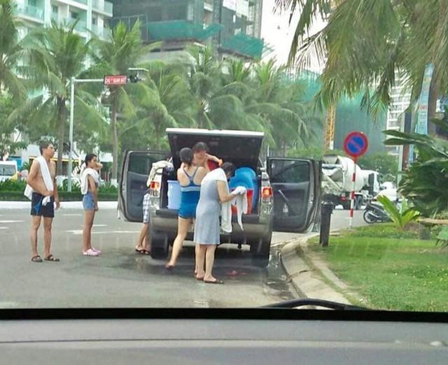 Hình ảnh gia đình mang thùng nước để tắm tráng giữa đường phố Đà Nẵng khiến cộng đồng mạng bức xúc. Ảnh: Yêu Đà Nẵng.