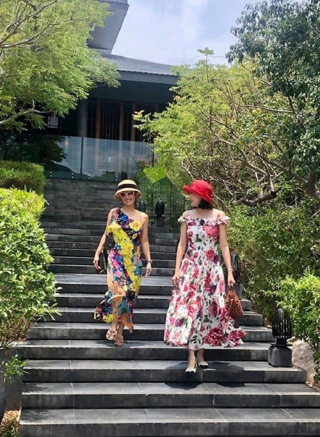 Nữ ca sĩ Hồng Nhung và Hoa hậu Hà Kiều Anh duy trì tình bạn thân thiết trong suốt nhiều năm qua. Mới đây, họ cùng đưa gia đình đi nghỉ dưỡng tại Ninh Thuận.