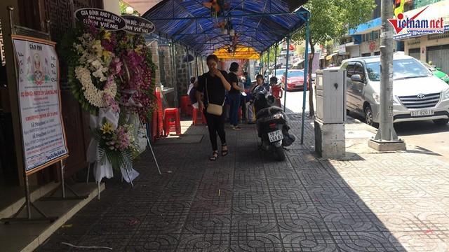 Phía bên ngoài tang lễ nơi đặt linh cữu của thân phụ Việt Hương.