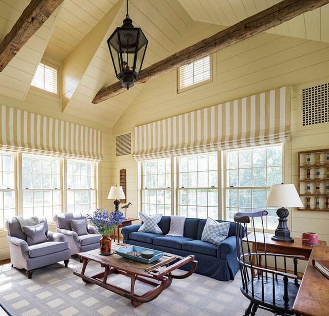 Căn phòng nghỉ ngơi được bao bọc bởi hệ thống cửa kính cỡ lớn để bạn có thể tận hưởng những tia nắng ấm áp dịp cuối tuần ngay cả khi ngồi trong nhà.