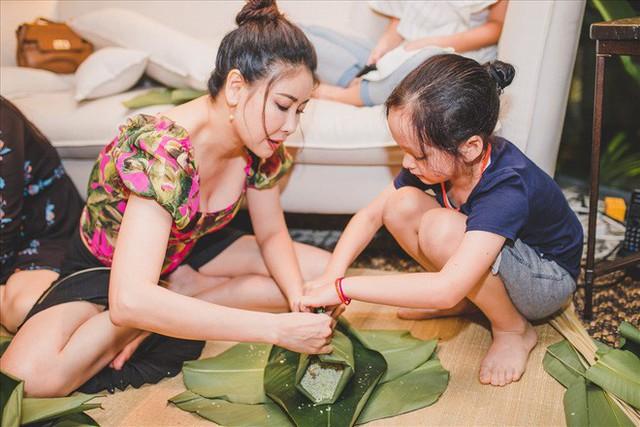 Không chỉ động viên bằng lời nói, Hà Kiều Anh còn làm nhiều hành động để kéo Hồng Nhung ra khỏi nỗi buồn, ví dụ như cùng đi du lịch hoặc tham gia vào nhiều hoạt động mang tính chất gia đình.