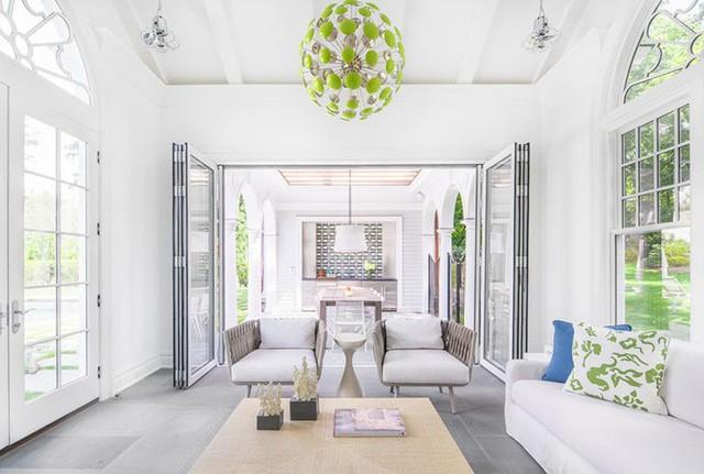 Không gian nghỉ ngơi của gia đình được thiết kế với các khung cửa kính lớn để bạn có thể đón nhận thật nhiều ánh sáng tự nhiên.