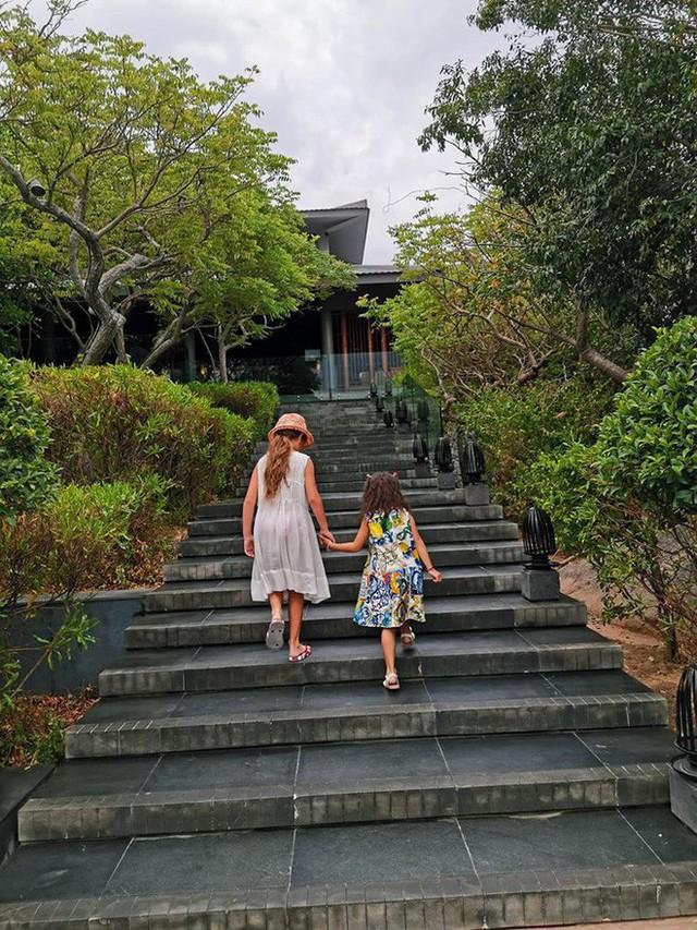 Các con của Hồng Nhung và Hà Kiều Anh cũng rất thân thiết với nhau. Trong ảnh, hai con gái út của họ chăm chút cho nhau khi đi nghỉ dưỡng ở Ninh Thuận.