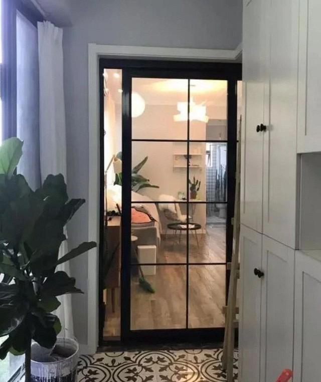 Lối vào nhà tách biệt bằng cửa kính trượt.
