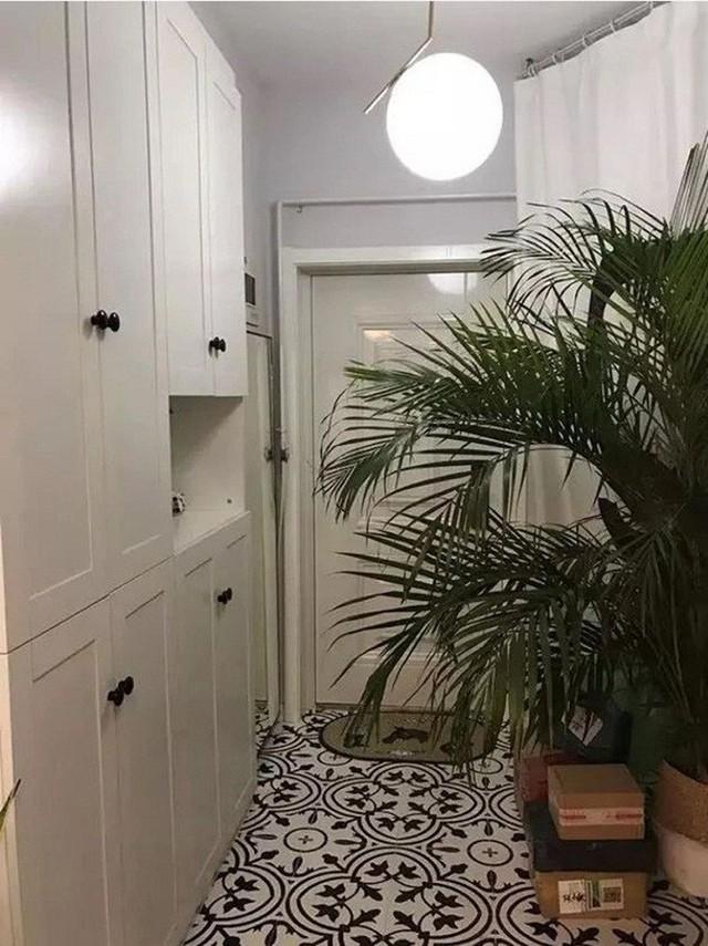Tủ đựng đồ được bố trí ngay cạnh lối vào.