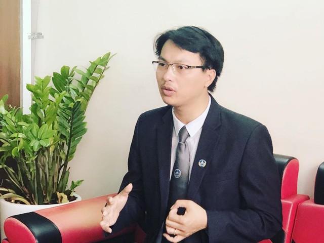 Luật sư Đặng Văn Cường đang trao đổi với phóng viên