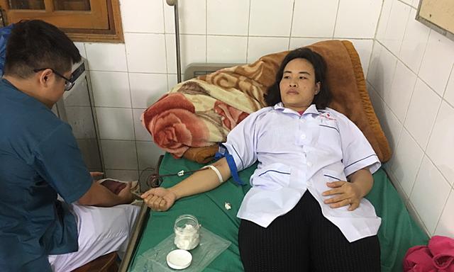 Cán bộ y tế ở đảo xa nhất Vịnh Bắc bộ hiến máu cứu bệnh nhân vỡ thai ngoài tử cung - Ảnh 1.