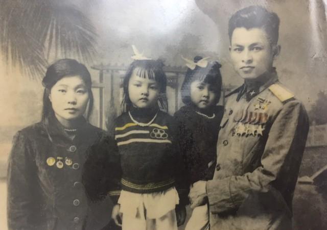 Anh hùng Phùng Văn Khầu và vợ Hà Thị Cay thời mới kết hôn và hai con nhỏ (ảnh nhân vật cung cấp).