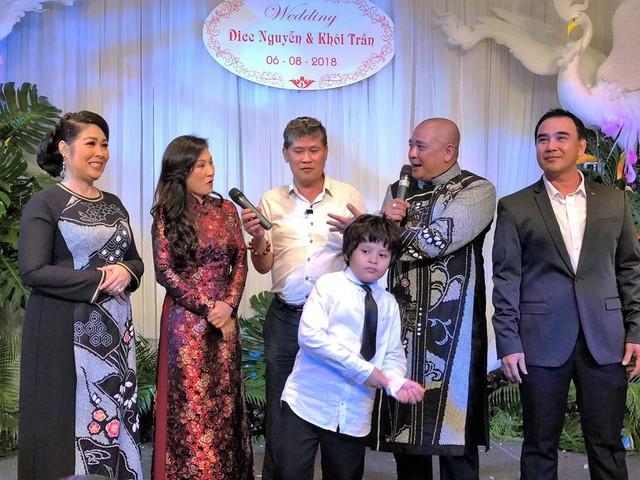 Phước Sang và Quyền Linh trong đám cưới con gái Xí Ngầu của Lê Tuấn Anh - Hồng Vân giữa năm 2018.