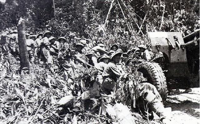 Cán bộ, chiến sĩ quân đội nhân dân Việt Nam kéo pháo ra mặt trận. Ảnh tư liệu