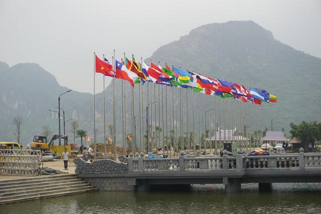 Cờ của các quốc gia tham dự đã được treo trang trọng. ảnh PT