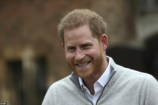 Hoàng tử Harry hạnh phúc mừng con trai chào đời.
